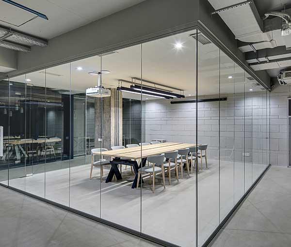 Frameless demountable glazed partitioning for meeting rooms